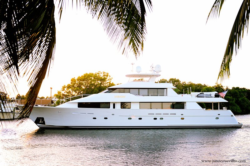 """Beautiful yachts pass right by back door!  - """" The Heron"""" *APRIL SPECIAL* Waterfront Luxury Vacation Rental. Escape the cold. - North Palm Beach - rentals"""