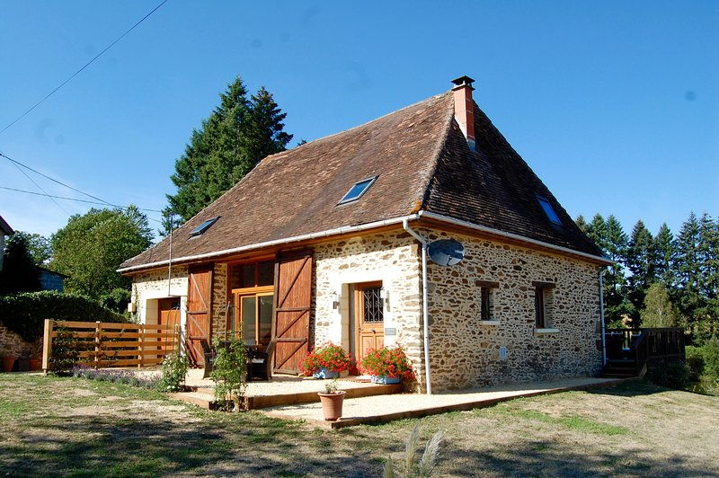La Vieille Etable with large south facing front patio, ideal for catching the evening sun. - Luxury Barn with Hot Tub & Fresh Water Swimming Lake - Saint-Priest-les-Fougeres - rentals