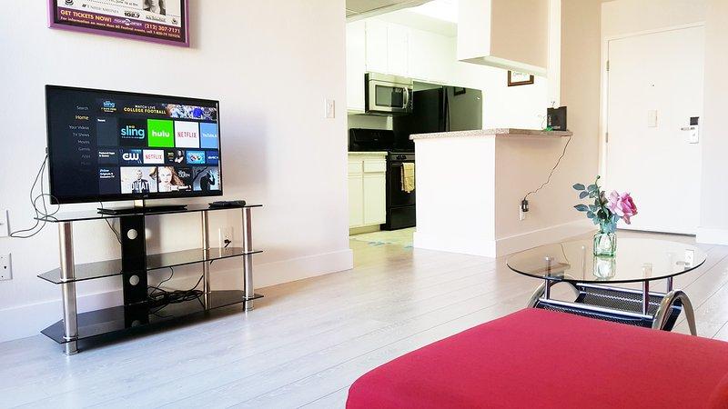 Living room - PENTHOUSE LUXURY 1+1 TOP FLOOR+2 FREE PKGS+GREAT LOCATION - Los Angeles - rentals