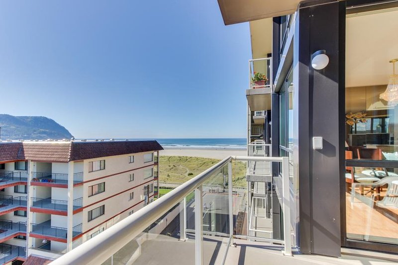 Oceanview condo with shared hot tub and pool with wonderful, modern decor. - Image 1 - Seaside - rentals