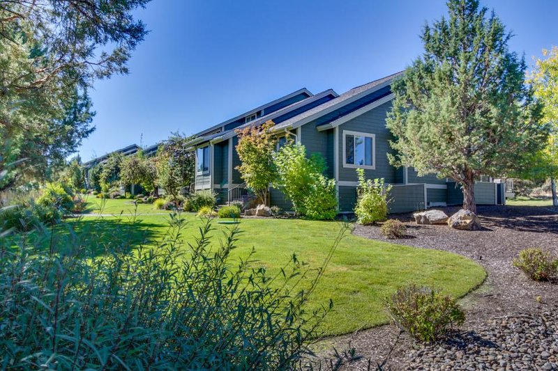 The ideal set-up for your Central Oregon vacation with access to pool & hot tub - Image 1 - Redmond - rentals