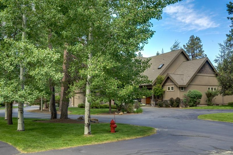 Beautiful lodge retreat w/ private hot tub & SHARC passes! - Image 1 - Sunriver - rentals