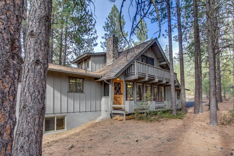 Rustic, dog-friendly cabin w/ private hot tub, game room &  SHARC passes - Image 1 - Sunriver - rentals