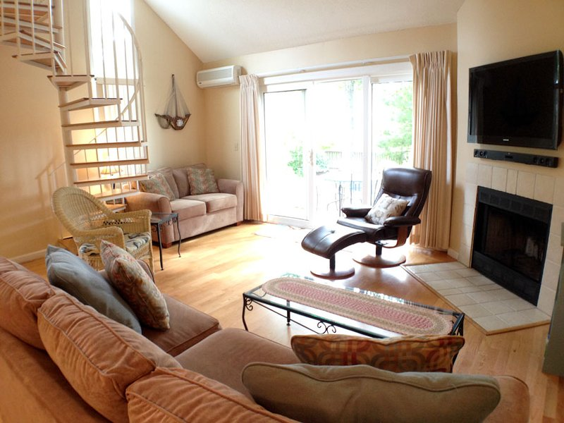 Living area - Ocean Edge Townhouse sleeps 6 - KING bed, 3 A/C's, hardwood floors & Pool (fees apply) - HO0004 - Brewster - rentals