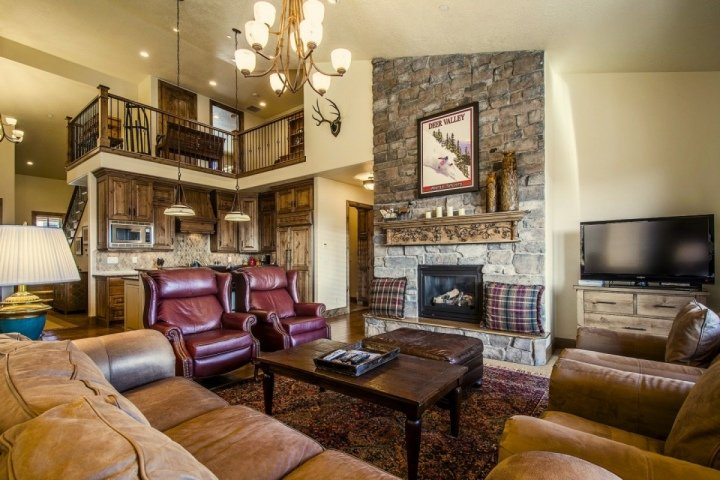Our luxurious home offers a stunning great room, beautiful furnishings, fireplace, HDTV w/ entertainment center, chef's kitchen and mountain views! - Deer Valley Jordanelle - Heber City - rentals