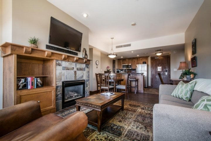 """The living room is comfortably equipped with a large plush couch, fireplace, a Samsung 39"""" HDTV, Toshiba Surround Sound System & Blu-Ray player. - Sundial 1 Bedroom Mountain Suite - Park City - rentals"""