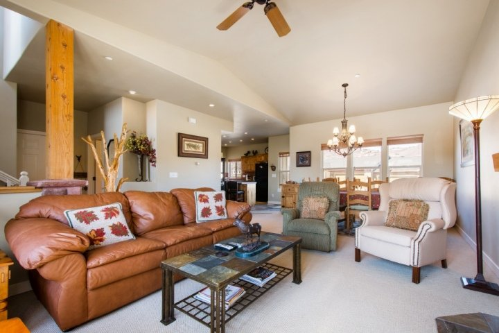 Spacious 3 Bedroom, 2.5 Bathroom townhouse with spacious living and dining, quality furniture and vaulted ceilings. - Stillwater at Jordanelle - Heber City - rentals