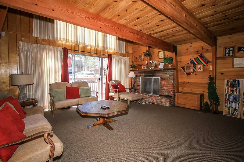 Living Room - 1055-Sutherland - Big Bear Lake - rentals