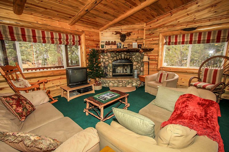 Wood Burning Fireplace & Cable Available - Aspen Grove~Fabulous Log Home~Cozy Living Room~Practical Kitchen~Fenced Yard~ - Big Bear Lake - rentals
