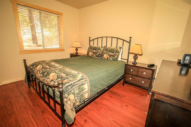 Bedroom Dresser Space - Cozy & Cute Cabin~Close To Town~Fireplace~Full Kitchen~Propane BBQ~WiFi~ - Big Bear Lake - rentals