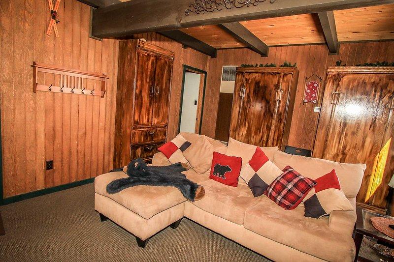 Entry Living Room - Deer's Den~Comfortable Bear Mountain Cabin~Awesome Ski Slope View~Fireplace~ - Big Bear Lake - rentals