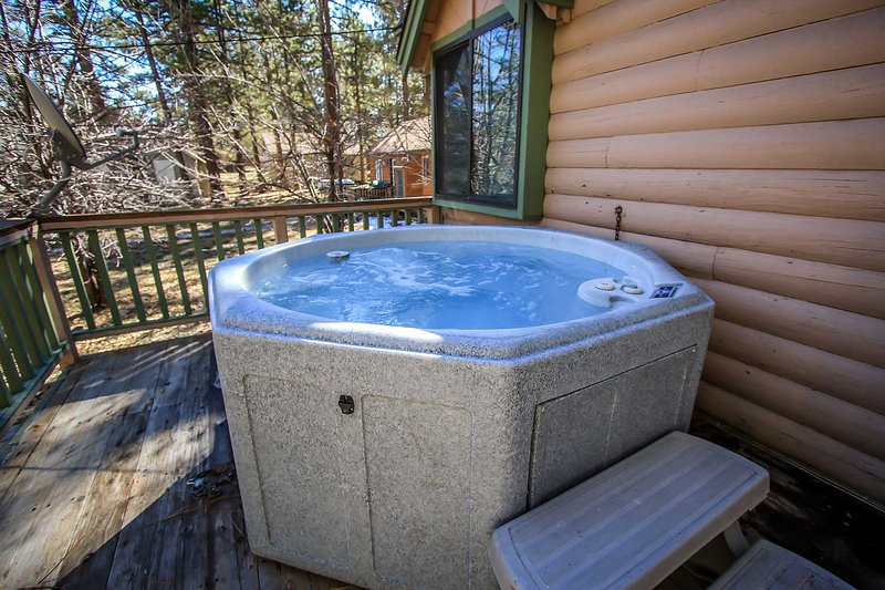Outdoor Spa on Front Porch - Kelly's Kabin~Outdoor Spa~Walk To Lake Location~Gas Fireplace~Premium Cable~ - Big Bear Lake - rentals
