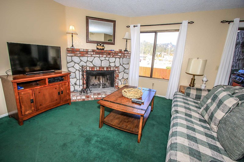HUGE Flat Screen TV / Cable / DVD Player - Lakeview Lower Level Condo~Walk To Lake~Outdoor Community Spa & Seasonal Pool! - Big Bear Lake - rentals