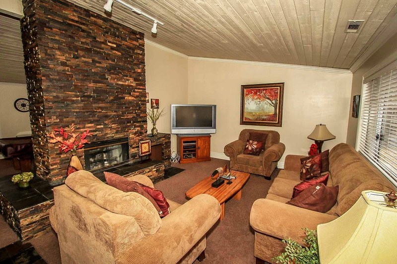 Living Room Furnishings - Bear Stone~Nicely Furnished Cabin~Pool Table~Arcade Game~Jetted Tub~Free WiFi~ - Big Bear Lake - rentals