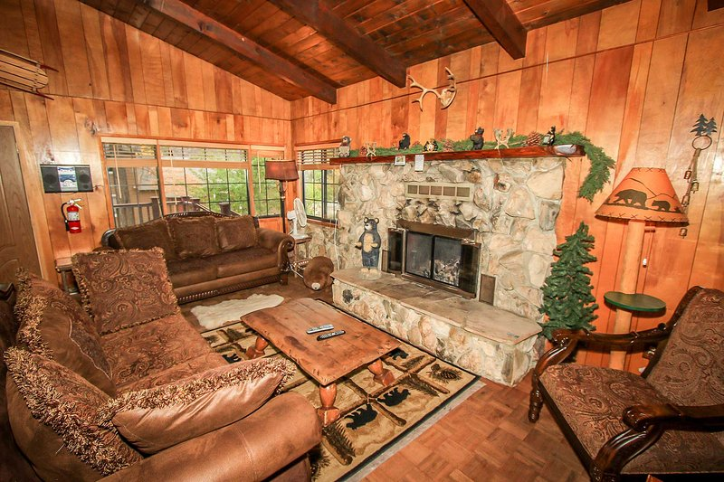 Casa Catalina~Furnished Mountain Cabin~Fenced Yard~Flat Screen TV~Fireplace~ - Image 1 - Big Bear Lake - rentals