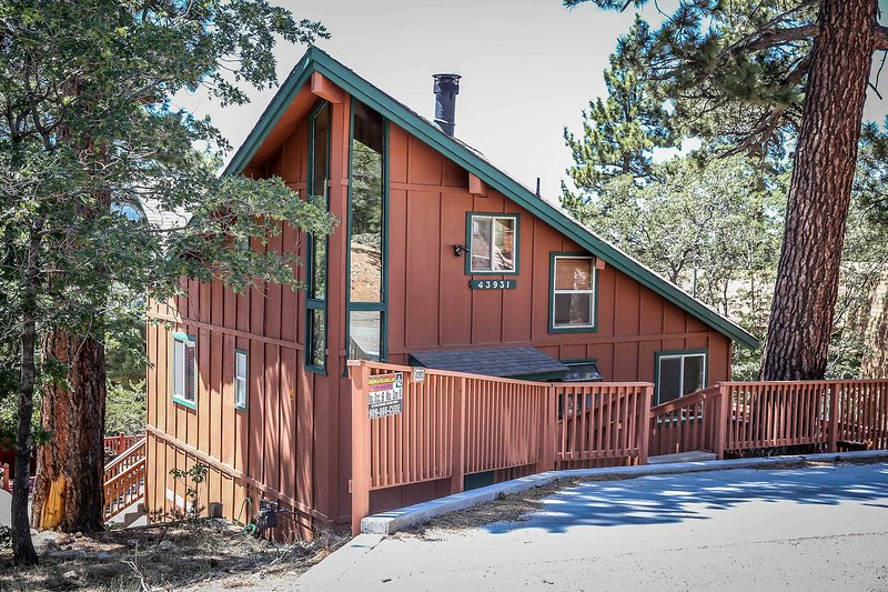 Front view of property - Moonridge Serenity Cabin~Great Deck Views~Equipped Kitchen~Fireplace~Laundry~ - Big Bear Lake - rentals