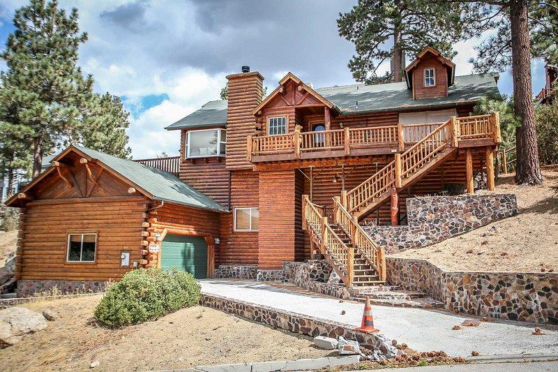 Driveway / Parking Area - Alpine Lodge~Lake-View Village Area Home~Outdoor Spa~Game Room/Pool Table~Garage - Big Bear Lake - rentals