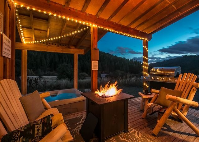 Covered porch w/propane firepit - Cozy retreat, terrotorial view and  just 15 minutes to Leavenworth - Leavenworth - rentals