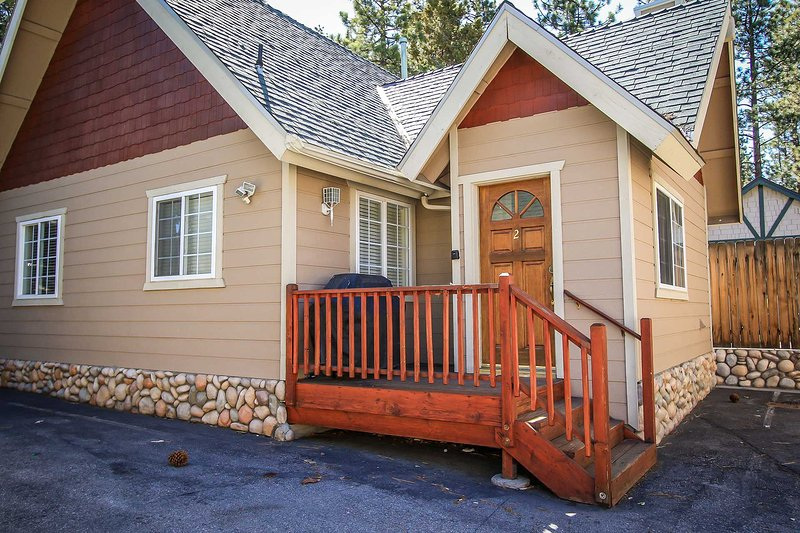 Front View - Lakeview Forest Lodge Two~ Kitchen, Fireplace, Living/Dining Area~ Pets Welcome~ - Big Bear Lake - rentals