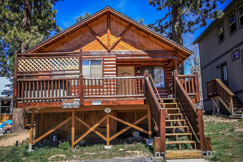 Front Entrance Deck - Bear Claw Bungalow Family Cabin~Outdoor Spa~Central Heat/Fireplace~Washer/Dryer~ - Big Bear Lake - rentals