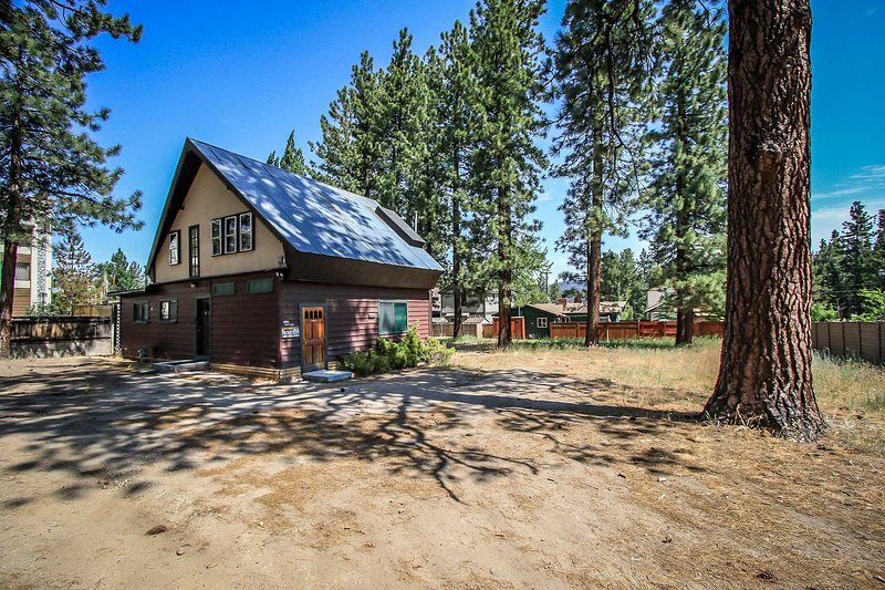 Entrance & Front Parking Area - Jus' Restin Cabin~Downtown Village Location~Walk To Everything~Full Kitchen~ - Big Bear Lake - rentals