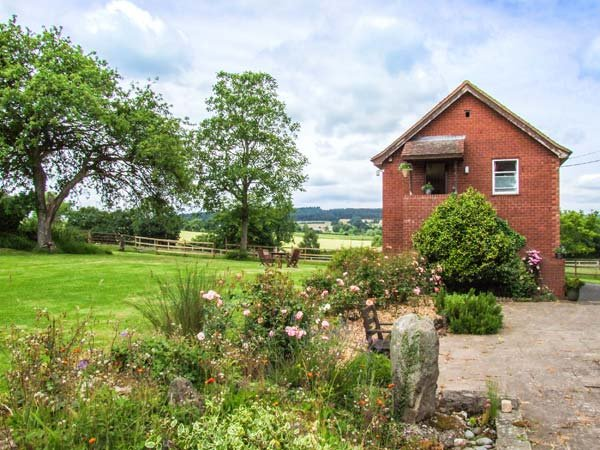 CROFT VIEW, first floor apartment, en-suite, romantic retreat, walks and cycle routes from doorstep, near Leominster, Ref 905755 - Image 1 - Kingsland - rentals