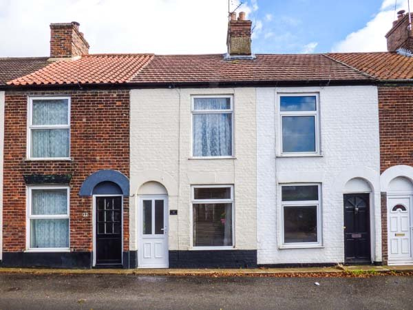 STAR COTTAGE, mid-terrace, WiFi, enclosed courtyard, nr Great Yarmouth, Ref 928805 - Image 1 - Great Yarmouth - rentals