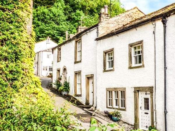 IVY COTTAGE, Grade ll listed, wood-fired hot tub, pet-friendly, WiFi, in Settle - Image 1 - Settle - rentals