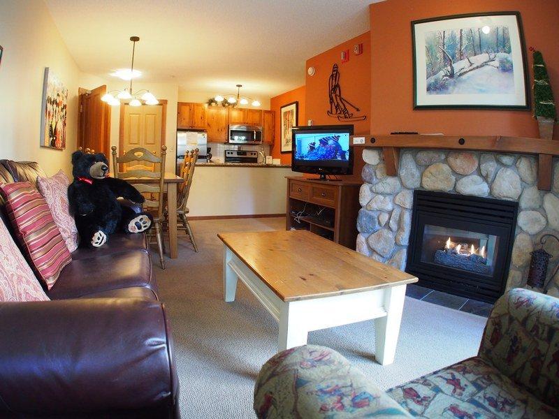 FS109Livingroom - Fireside Lodge Village Center - 109 - Sun Peaks - rentals