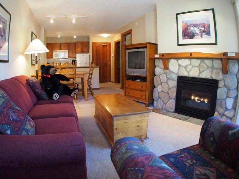 FS215Livingroom - Fireside Lodge Village Center - 215 - Sun Peaks - rentals