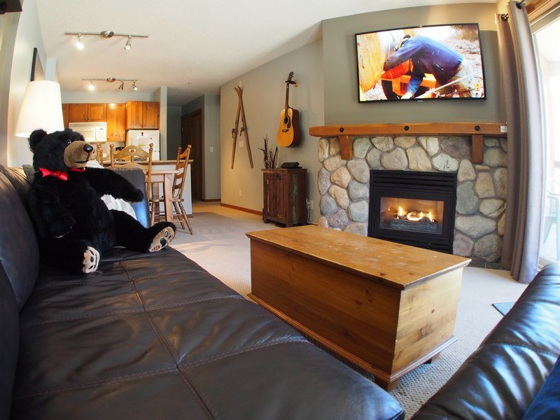 FS205Livingroom - Fireside Lodge Village Center - 205 - Sun Peaks - rentals