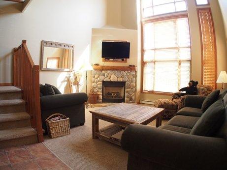 TE52 Livingroom - Trail's Edge Townhouses - 52 - Sun Peaks - rentals