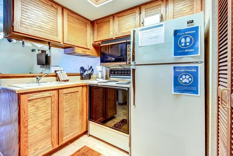 Mountain view ski-in/ski-out condo with shared pool/hot tub! - Image 1 - Brian Head - rentals