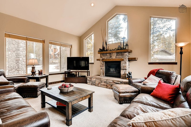 Pineview Hideaway's spacious living room allows the whole family to congregate around a fire or the latest flick. - Beautiful home in Blue River with hot tub and gondola parking passes - Pineview Hideaway - Breckenridge - rentals