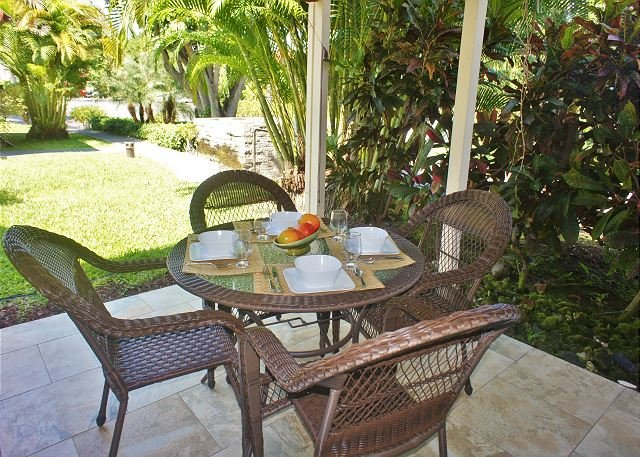 Lanai with Tropical Garden Views - Recent Renovation- New Furniture- 2 bed 2 bath townhouse Surf and Racquet-SR 52 - Kailua-Kona - rentals