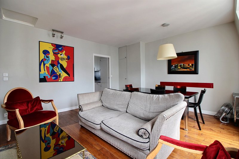 Living room with sofa and TV  - Excellent 3 Bedroom Apartment in Michodiere in Paris - Paris - rentals
