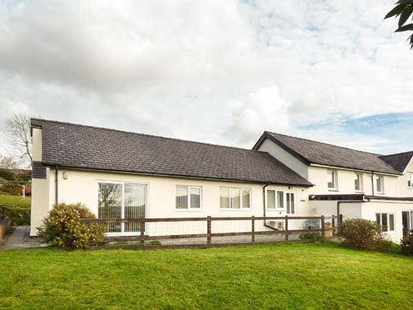 PWYLL COTTAGE, single-storey, WiFi, enclosed patio, pet-friendly, near Penygroes, Caernarfon, Ref 926332 - Image 1 - Caernarfon - rentals