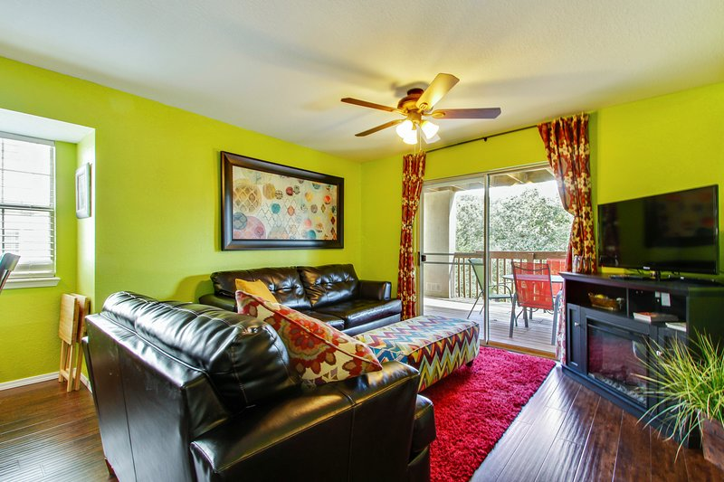 Living room area,, queen sofa sleeper, access to deck. Across from outdoor pool - Next to Silver Dollar City w Indoor Heated Pool & Kids Splash Pad - Branson - rentals