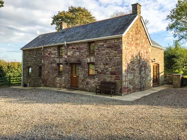 BWTHYN TRECOED, family friendly, country holiday cottage, with a garden in St - Image 1 - Llanddowror - rentals