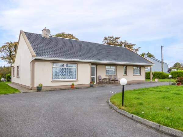 EVERGREEN HOUSE, traditonal, detached cottage, solid fuel stove, en-suites, pet-friendly, near Killorglin, Ref 903767 - Image 1 - Caragh Lake - rentals