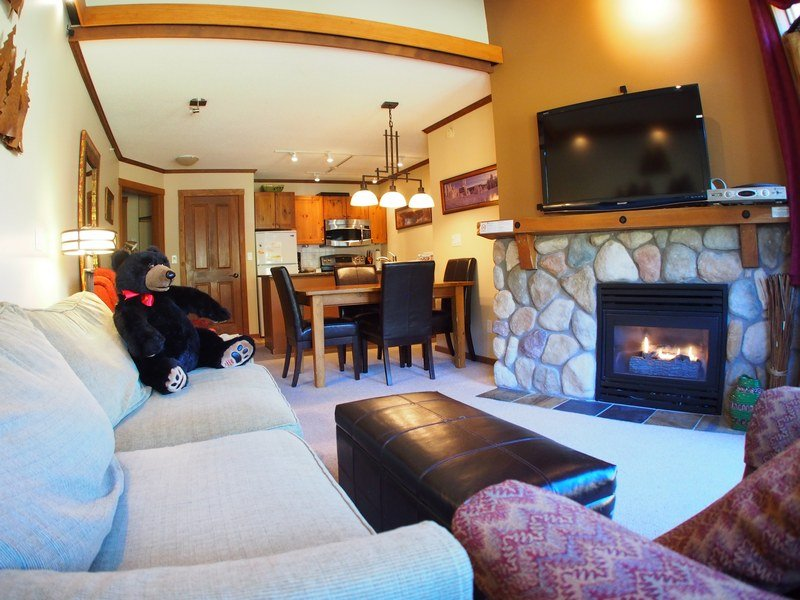 FS409Livingroom - Fireside Lodge Village Center - 409 - Sun Peaks - rentals