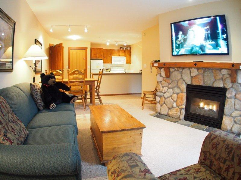 FS302Livingroom - Fireside Lodge Village Center - 302 - Sun Peaks - rentals