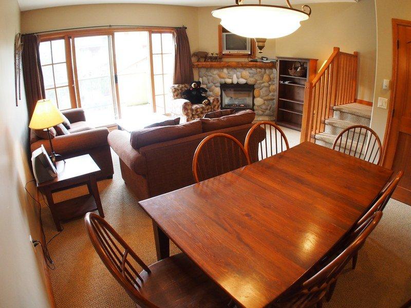 TE17LivingroomDining - Trail's Edge Townhouses - 17 - Sun Peaks - rentals