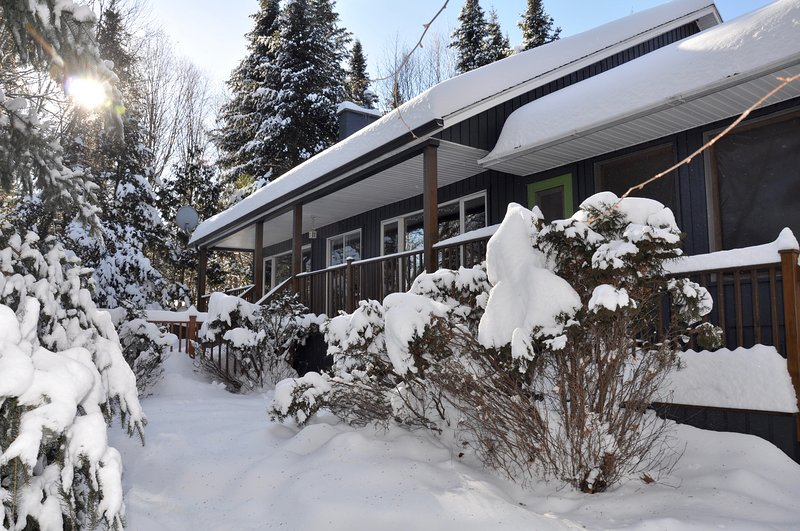 4bedroom riverside chalet - 2mins to the slopes! A true Winter Wonderland - Charming waterfront chalet - whisper quiet! - Mont Tremblant - rentals