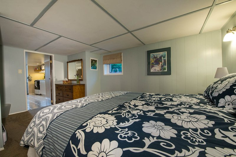 Master bedroom queensize bed  - cosy 2 bedroom suite in family home - Victoria - rentals