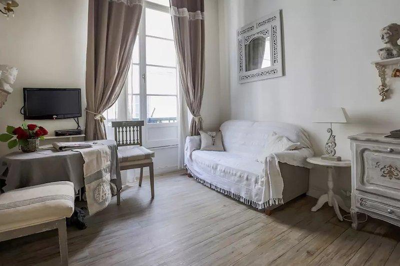 Adorable Central Paris Studio * FREE SEINE CRUISE - Image 1 - Paris - rentals