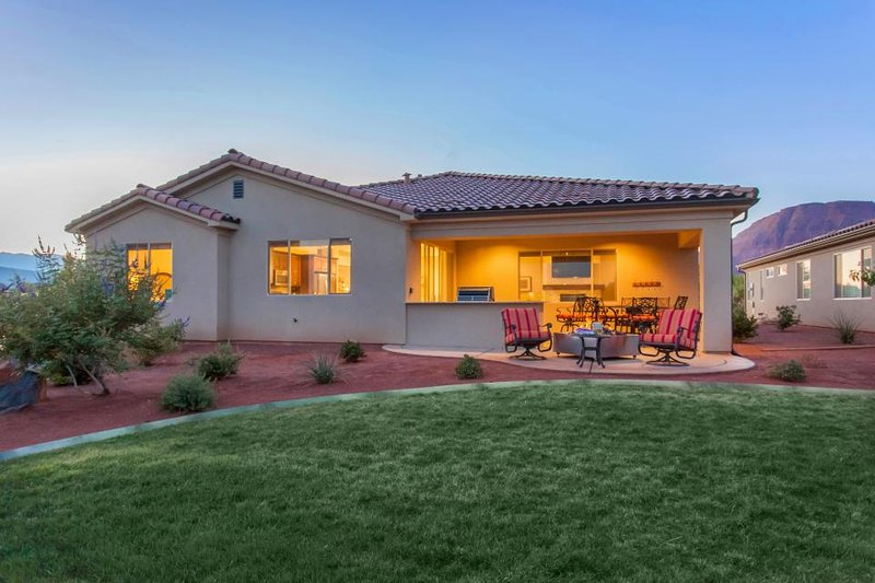 Outstanding family rental w/spacious patio, community pool, clubhouse & hot tub! - Image 1 - Santa Clara - rentals