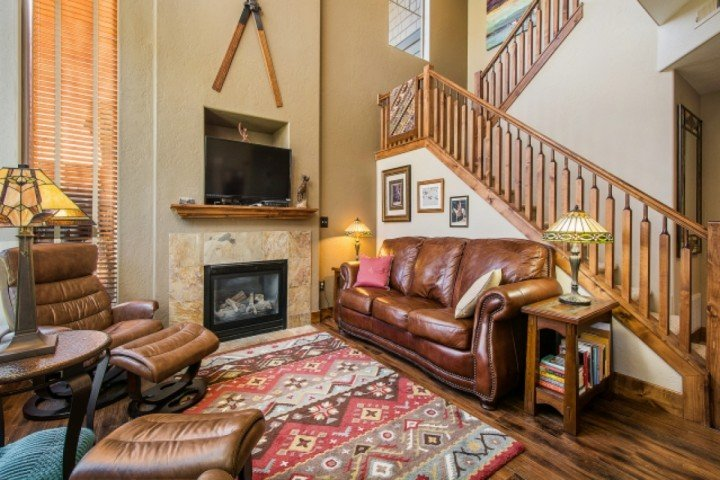 The living room is open and bright with vaulted ceilings, industrial hardwood flooring & floor to ceiling windows to allow for natural light. - Redstone Townhouse at Kimball Junction - Park City - rentals