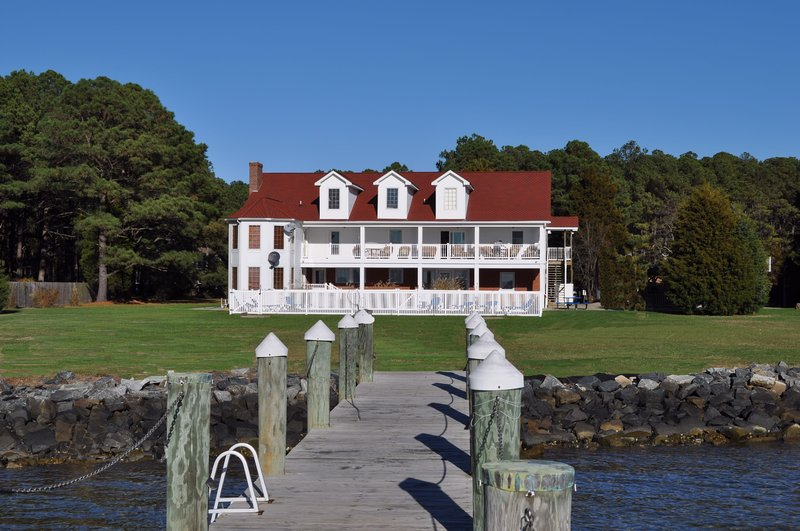 """Captains Quarters on the Bay"" features 7 bedrooms and 6 1/2 baths. It sleeps 28 pp. - Yr Round Estate on Bay / Family Reunions Sleeps 28 - Cambridge - rentals"