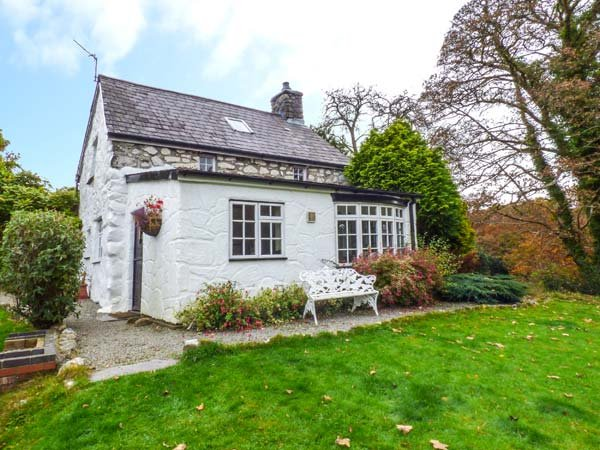 BOTHY COTTAGE, pet-friendly, character holiday cottage, with a garden in Talhenbont Hall Country Estate, Ref 379 - Image 1 - Chwilog - rentals